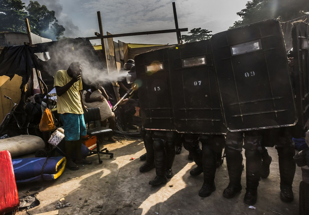 Ação da PM em ação de desocupação de um prédio, foto de Ana Carolina Fernandes publicada no 'The New York Times'