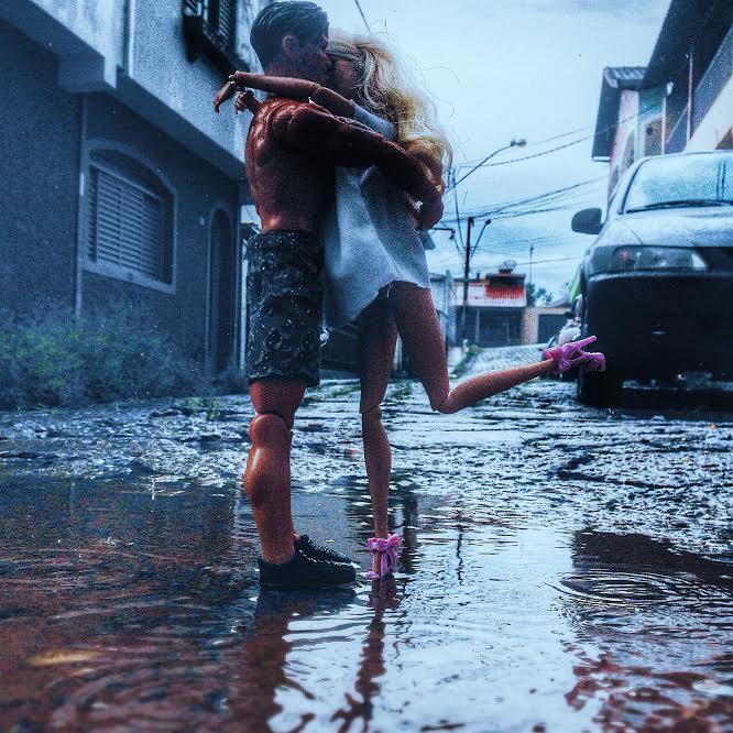 """Se você olhar de relance a fotografia """"Dia 22: Beije-o na chuva!"""" parece um casal de verdade."""