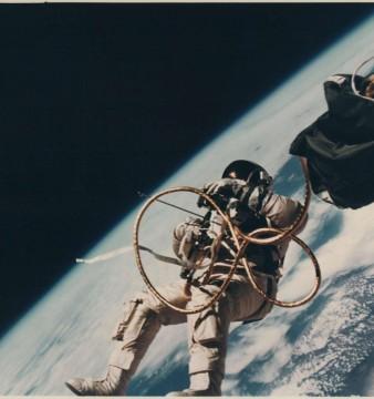 Ed White flutuando no espaço, junho de 1965. | Foto: NASA/Divulgação