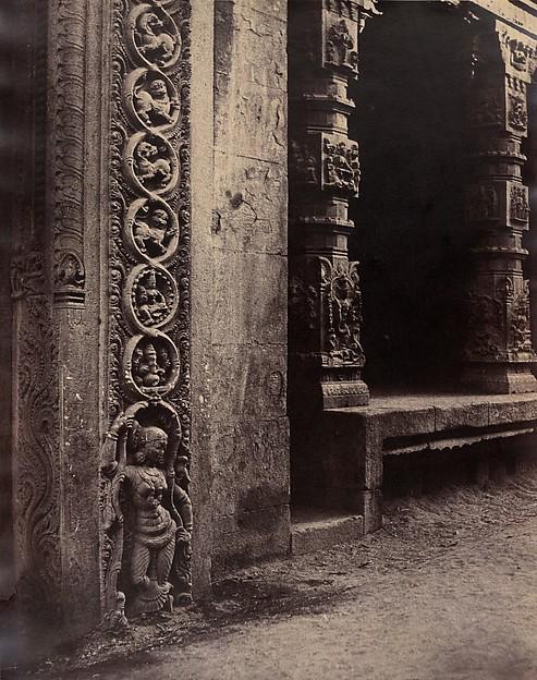 Pilares do pórtico de Roya Gopurum. | Foto: Linnaeus Tripe