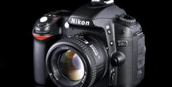 Uma câmera Nikon D80 montada com uma lente 50mm F1.4.