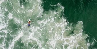 Chris Schmid usou um drone para fazer esta imagem aérea de um surfista na praia Mole, em Florianópolis. Foto do National Geographic Traveler Photo Contest 2015. | Foto: Chris Schmid