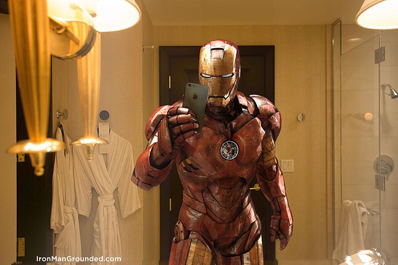Iron Man tirando uma selfie no espelho do banheiro: não se vê nos filmes. | Foto: Raffael Dickreuter