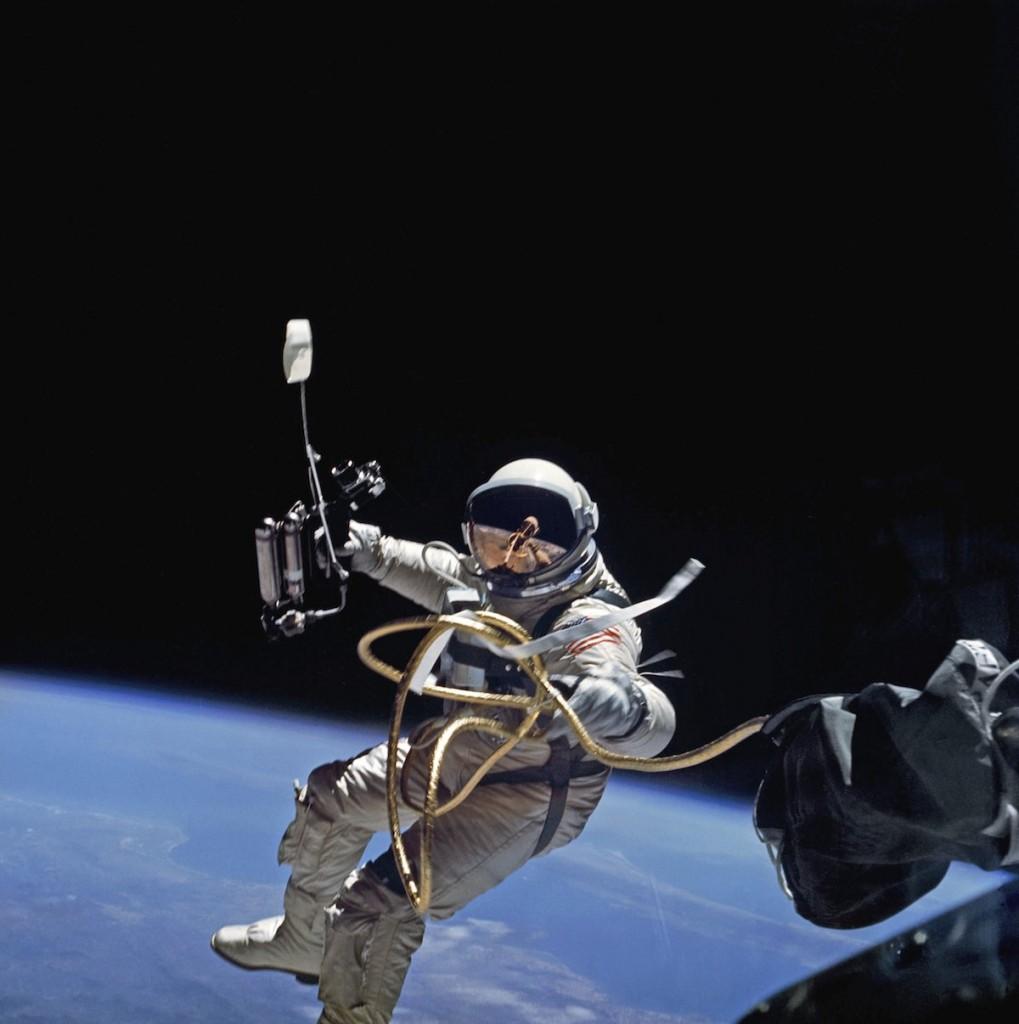 O astronauta Edward H. White realizando a segunda caminhada espacial.