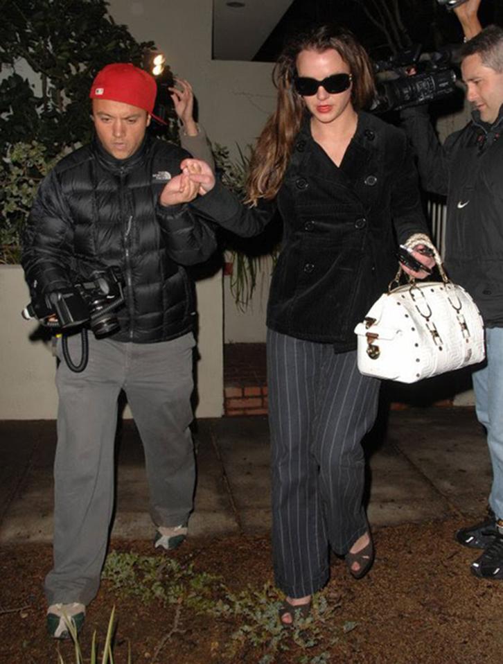 Max, com sua câmera e tudo, dá uma mãozinha a Britney Spears num momento de superexposição da cantora. Com isso, viu seu rosto estampado nas revistas de fofocas.