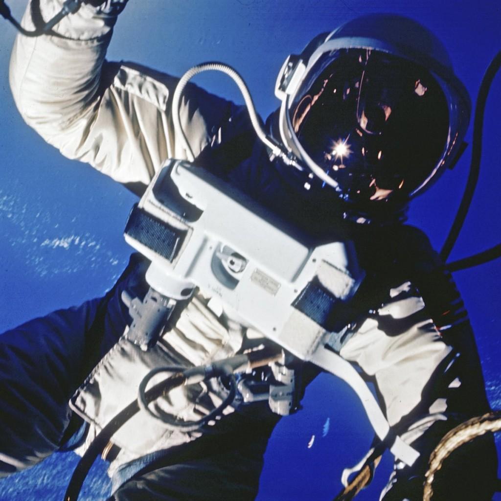"""Outra foto de Edward H. White. """"Eu estou voltando... E este é o momento mais triste da minha vida"""", disse o astronauta ao fim da caminhada espacial."""