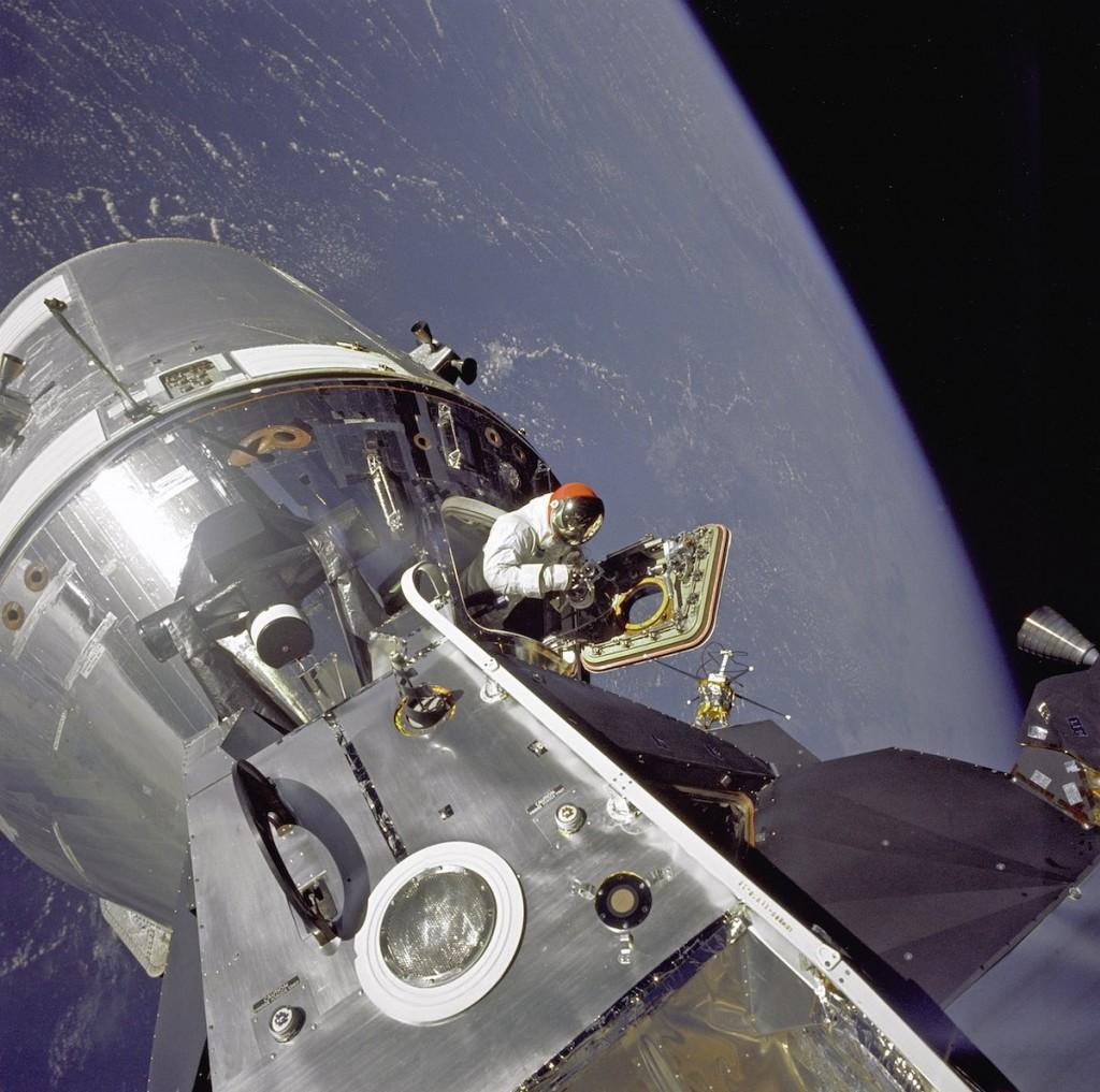 Astronauta David R. Scott para fora do módulo lunar, em 1966. Não chega a ser uma caminhada espacial, mas é uma imagem curiosa.