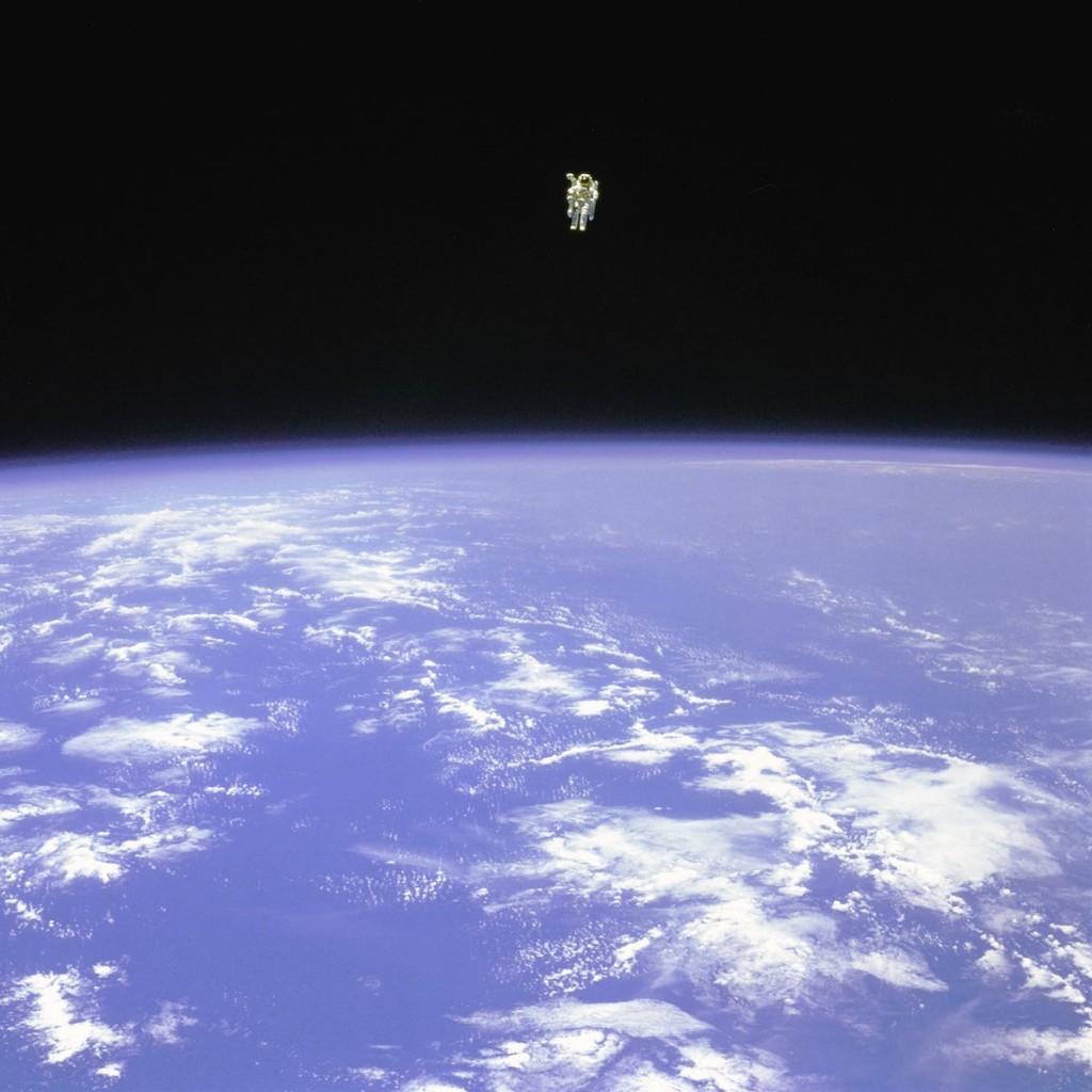 Em 1984, O astronauta especialista de missão do ônibus espacial Challenger Bruce McCandless foi o primeiro homem a realizar uma EVA no espaço, sem estar ligado fisicamente à nave-mãe, usando uma mochila espacial de controle manual, movida a jatos de nitrogênio.