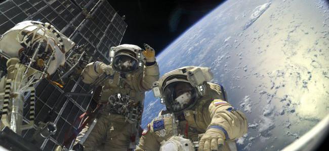 Em 2014, dois cosmonautas russos, Oleg Kotov e Sergey Ryazansky, instalam câmeras na parte exterior na Estação Espacial Internacional (ISS).