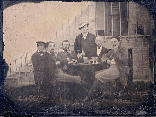 A foto original, com vários outros artistas presentes.