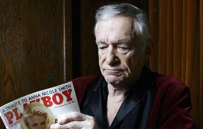 O fundador da revista Hugh Hefner dando uma olhada na revista - lendo os artigos da Playboy (ou não)