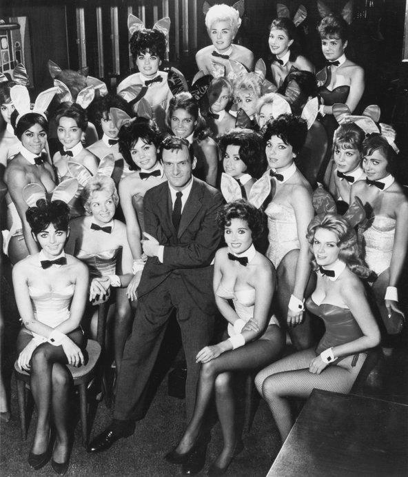Hugh Hefner e as coelhinhas da Playboy em 1960