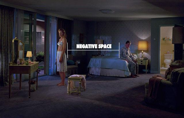 Foto por Gregory Crewdson usando o espaço negativo para criar tensão.