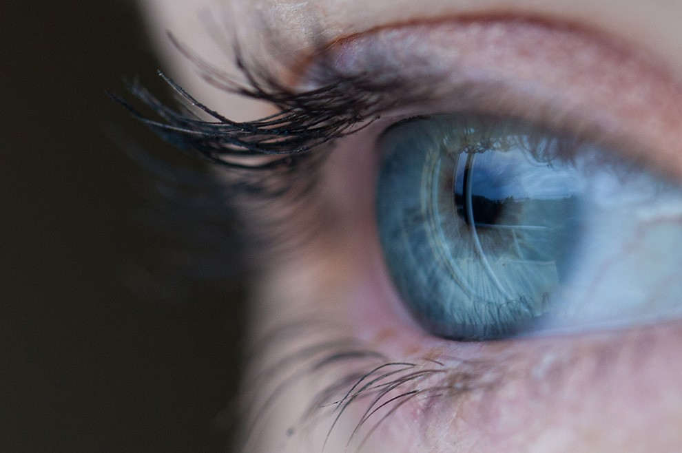 53da905b7b Sony registra patente para lente de contato com câmera que fotografa ...