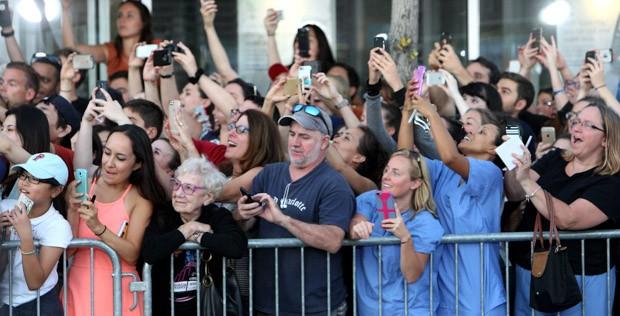 Foto clássica que rodou a web com idosa observando os atores chegando e todo o resto das pessoas fotografando   Foto:John Blanding/The Boston Globe/Getty Images