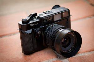 A câmera analógica GSW 690II, médio formato da Fujifilm | Foto: Chris Dodkin/DP Review