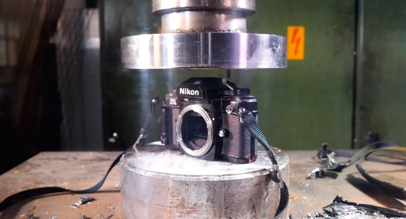 iphoto-camera-fotografica-sendo-esmagada-canon-nikon-analogica (1)