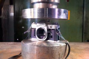 iphoto-camera-fotografica-sendo-esmagada-canon-nikon-analogica (2)