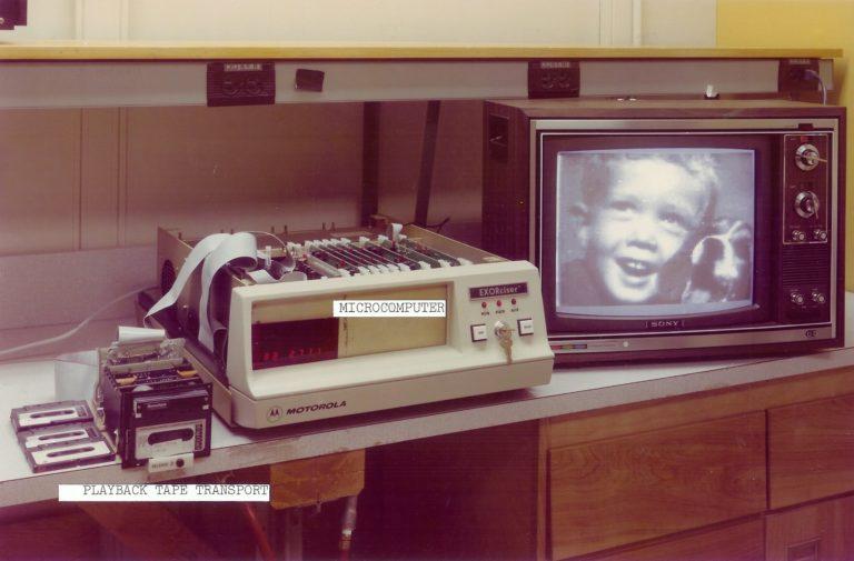 Uma foto feita pela câmera sendo mostrada em um antigo monitor