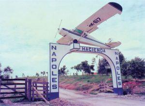 Entrada da Fazenda Nápoles, onde Escobar vivia com a família. Na entrada o avião que foi utilizado para contrabandear os primeiros 5 mil quilos de cocaína para os Estados Unidos.