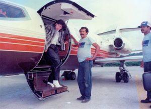 Sua esposa Victoria desembarcando do Learjet.