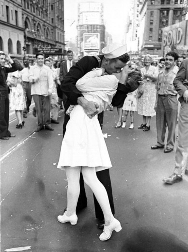 iphoto-a-foto-do-beijo-do-marinheiro-the-kissing-sailor-1
