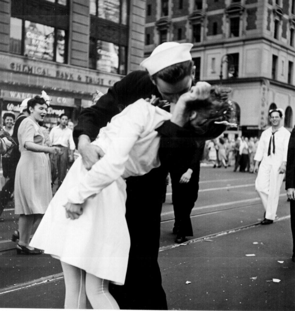 iphoto-a-foto-do-beijo-do-marinheiro-the-kissing-sailor-2