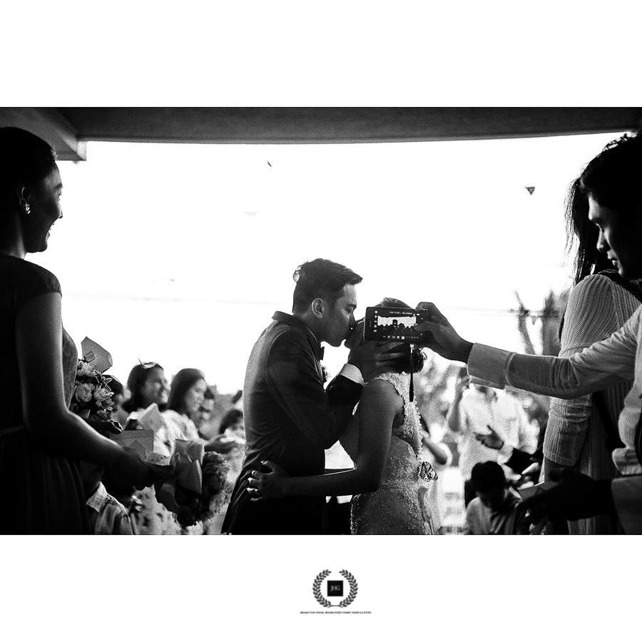 O celular no rosto da noiva da hora do beijo, uma das fotos mais importantes (ou talvez a mais importante!) de um casamento   Foto: Joel H. Garcia