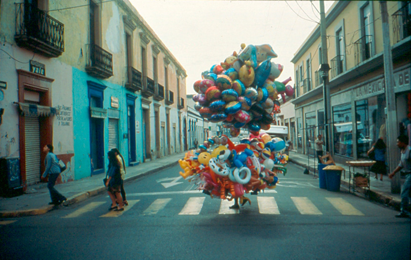 "Francis Alÿs, ""Ambulantes I"", 1995. Arquivo Helga de Alvear"