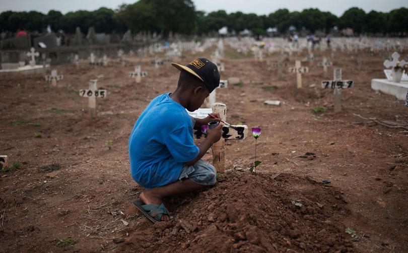 """Foto da série """"Os meninos dos túmulos"""", de Fábio Teixeira"""