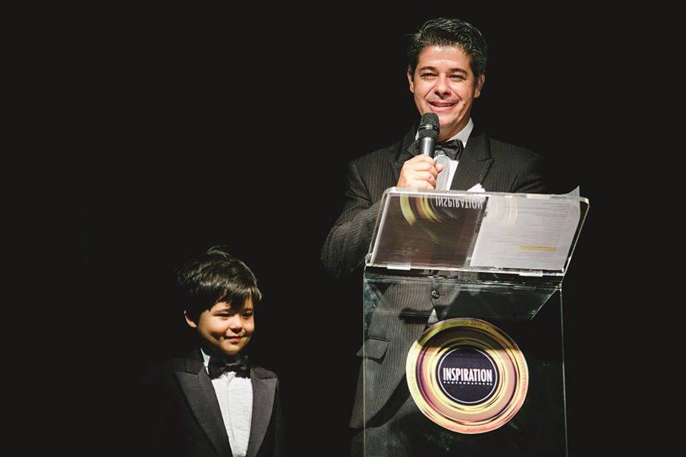 Frankie Costa apresenta o prêmio com o pequeno Davi.