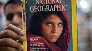 A capa da National Geographic com a menina Sharbat Gula, fotografada por Steve McCurry no Paquistão | Foto: AP Photo/B.K. Bangash