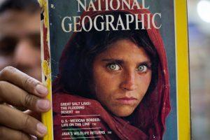 A capa da National Geographic com a menina Sharbat Gula, fotografada por Steve McCurry no Paquistão   Foto: AP Photo/B.K. Bangash