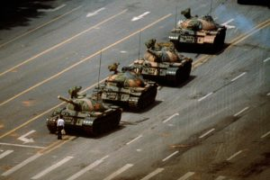 "A foto ""Tank Man"", nos protestos na  Tiananmen Square (China), em 1989 | Foto: Jeff Widener"