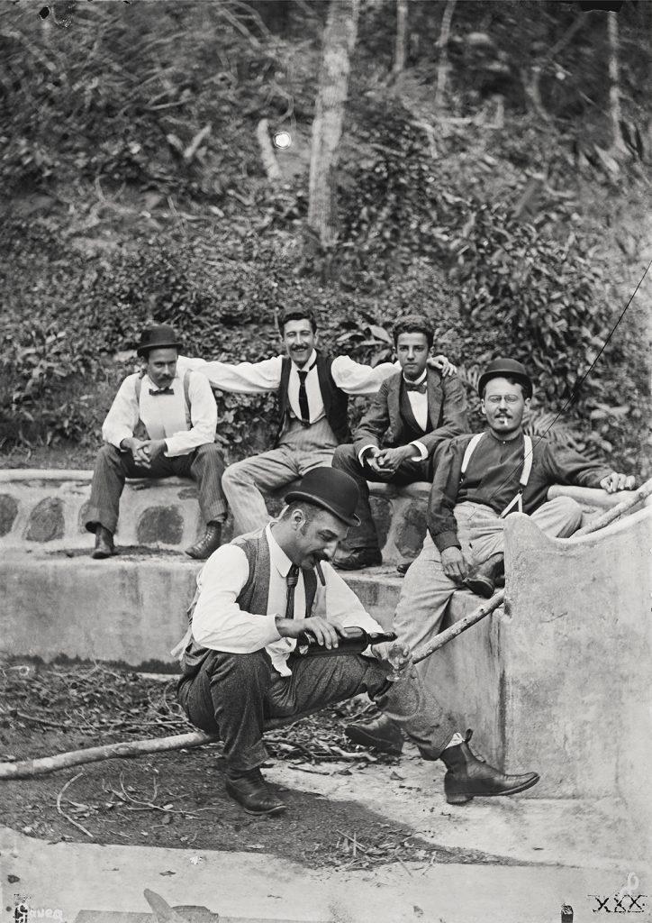 Pique-nique na Gávea | Legenda original | Alberto de Sampaio aparece à direita, com cigarro na boca | Negativo de vidro, 12 cm x 17 cm.