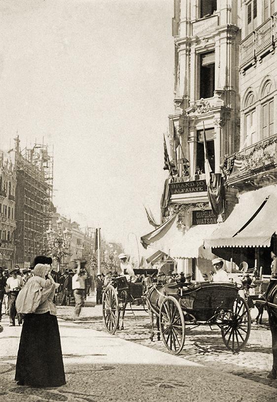 Rua dos Ouvires, esquina com Avenida Central | Legenda atribuída | Trata-se da atual Rua Miguel Couto, esquina com a Avenida Rio Branco | Cópia em papel 8 cm x 10,5 cm | 23 de julho de 1906.