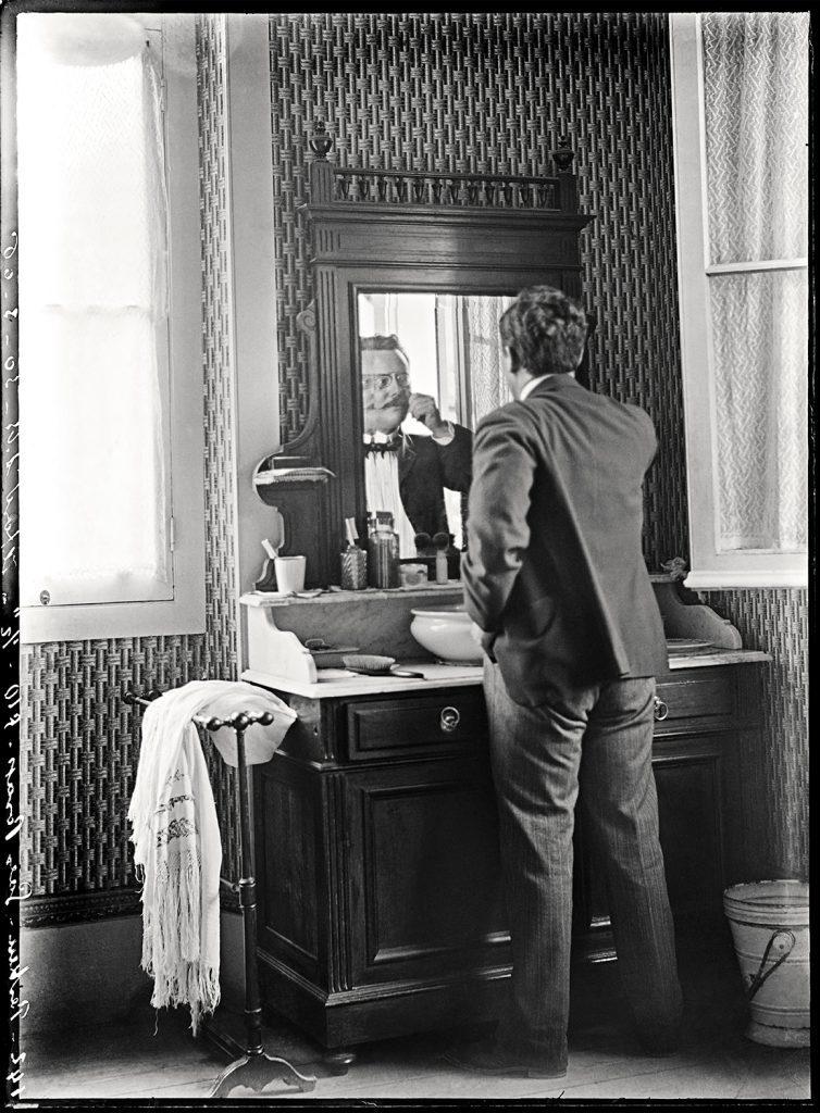 Alberto no Toillete | Legenda original | Negativo de vidro, 12 cm x 16,5 cm | 30 de março de 1906.