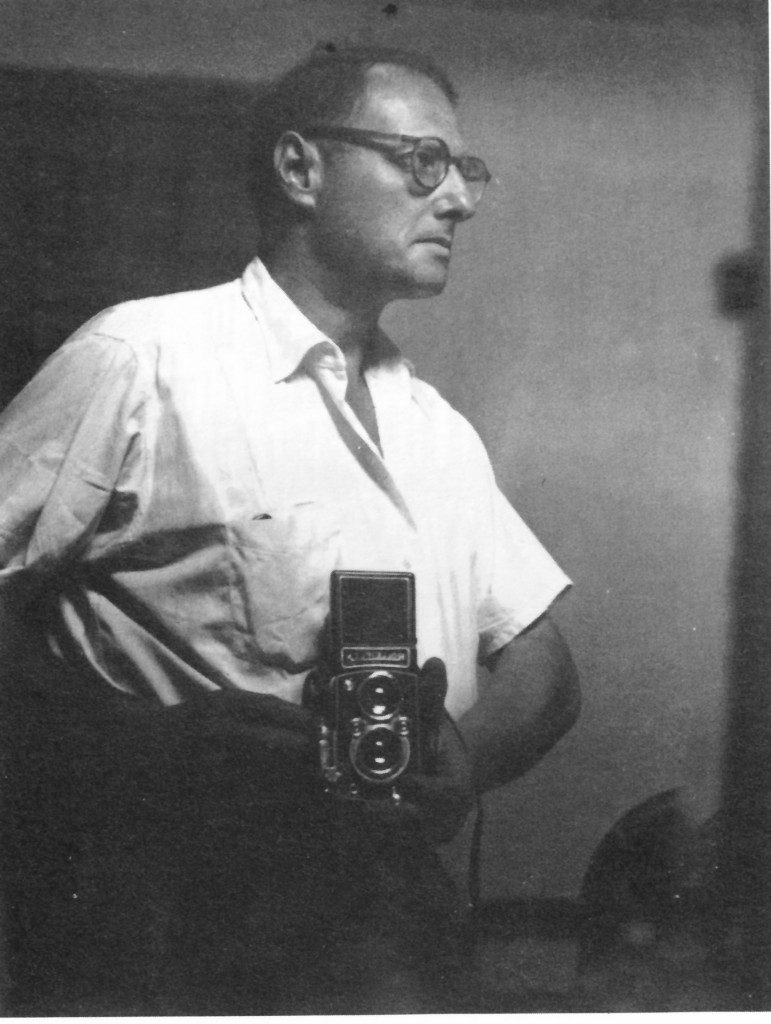O fotógrafo Pierre Verger com sua Rolleiflex
