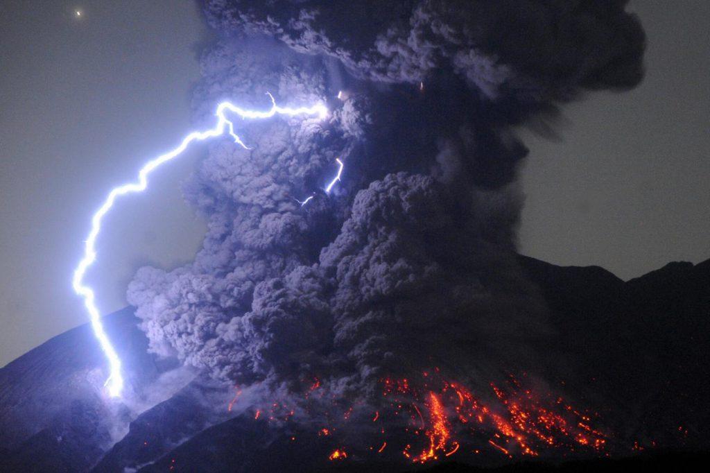 Uma tempestade no Monte Sakurajima, no Japão, no momento em que o vulcão entra em erupção | Foto: The Asahi Shimbun via Getty Images