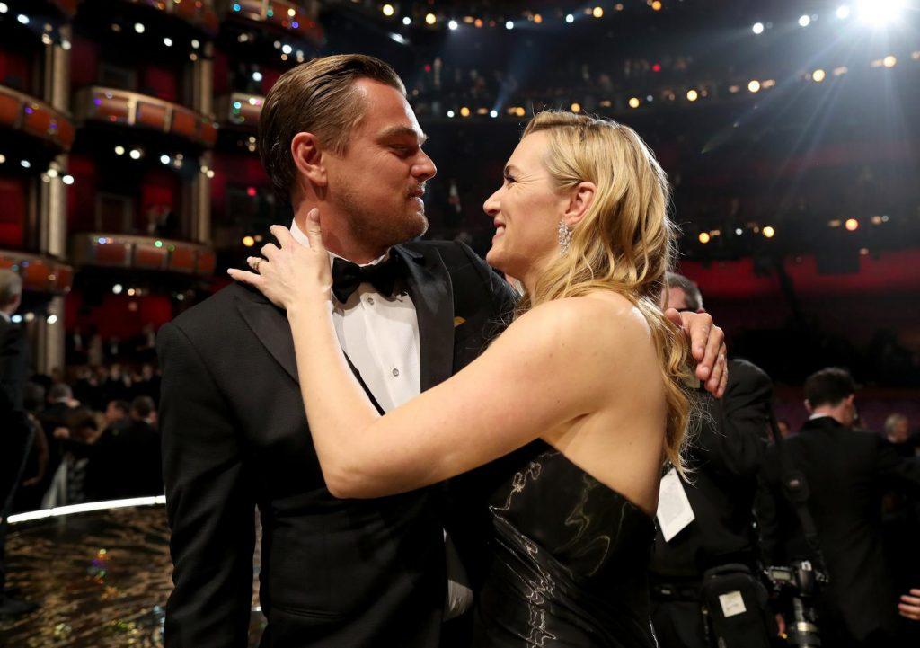 Leonardo DiCaprio e Kate Winslet comemoram a premiação do Oscar tão esperado de Di Caprio | Foto: Christopher Polk/Getty Images