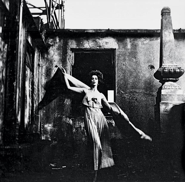 Ensaio de moda para a Rhodia, com a modelo Duda Cavalcanti. A foto foi feita em 1960. Dois anos antes, com a mesma modelo, Otto fez o que foi considerada a primeira imagem de moda | Foto: Otto Stupakoff