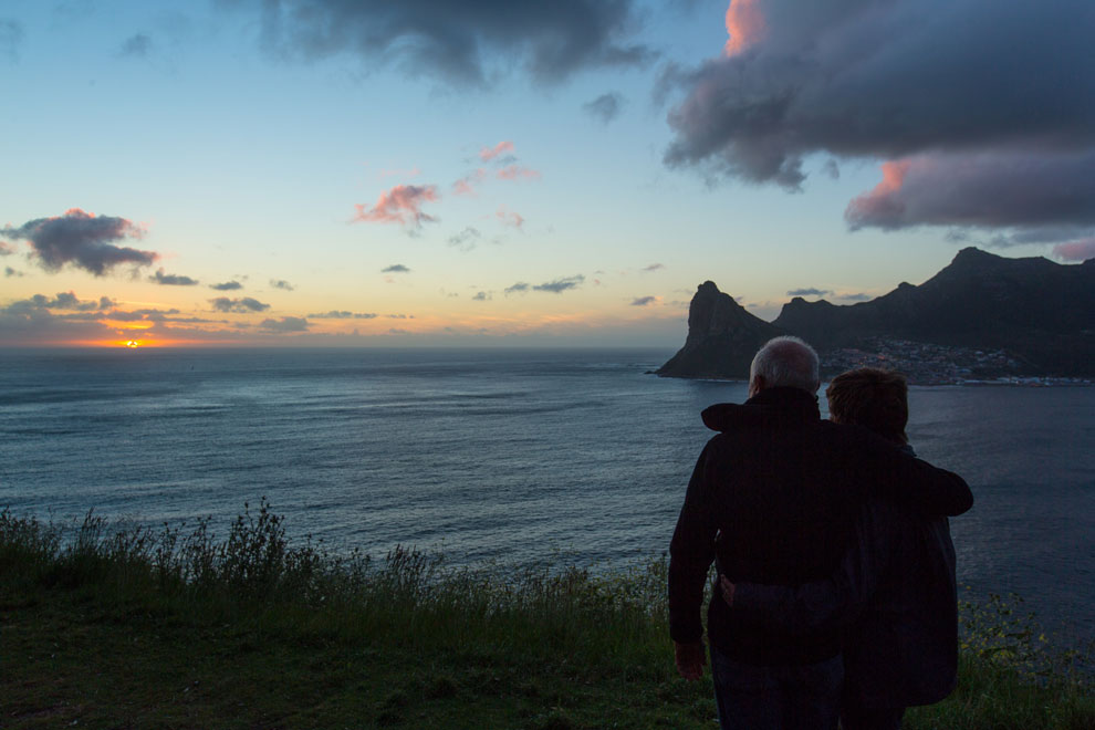 O casal de navegadores Vilfredo e Heloísa Schurmann no pôr do sol de Cape Town | Foto: Klaus Schlickmann