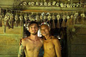 O fotógrafo Klaus Schlickmann (esquerda) e Aman Paro Roi, na Indonésia.