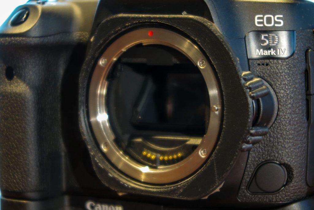 O anel anti-roubo em volta da parte de montagem da lente.