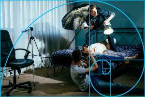Desta vez, a espiral passa através de objetos de fundo como a cadeira e tripé, em torno da iluminação e para a perna dobrada do fotógrafo no chão   Foto: Jon Sparkman