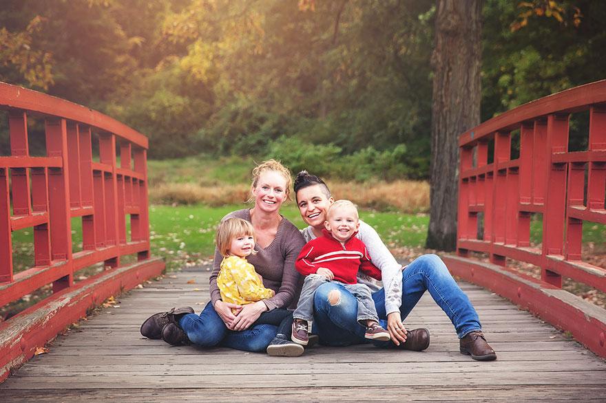 As mães Juliet Cannici e Nikki com os gêmeos Siena e Nico | Foto: Juliet Cannici