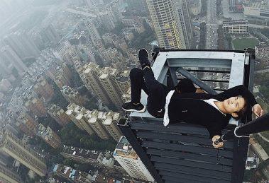 Fotógrafo chinês conhecido por selfies no alto de prédios morre ao cair de 62 andares